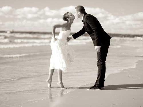 Пары на берегу моря - фото